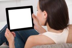 Женщина держа цифровую таблетку с пустым экраном Стоковая Фотография
