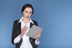 Женщина держа цифровую таблетку Стоковые Изображения