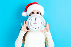 Женщина держа часы показывая почти 12 Стоковое Изображение RF