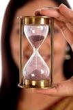 Женщина держа час стеклянный Стоковое фото RF