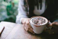 Женщина держа чашку кофе в утре Стоковое Изображение
