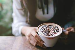 Женщина держа чашку кофе в утре Стоковая Фотография RF