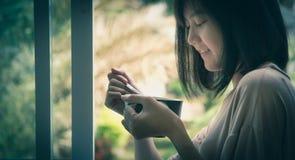 Женщина держа чашку для питьевой воды в лете стоковое фото rf