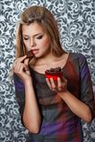 Женщина держа шоколад Стоковые Фото
