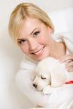Женщина держа щенка labrador с красной лентой Стоковое фото RF
