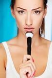 Женщина держа щетку порошка Стоковое Фото