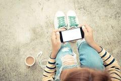 Женщина держа экран телефона белый на стиле взгляд сверху винтажном Стоковое фото RF