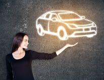 Женщина держа эскиз автомобиля Стоковое Фото