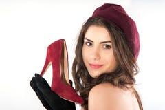 Женщина держа элегантный ботинок в руке Стоковое Изображение RF