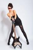 Женщина держа электрическую гитару Стоковые Изображения RF