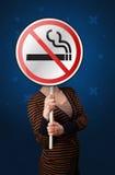 Женщина держа для некурящих знак Стоковые Изображения