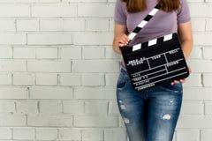 Женщина держа clapboard Стоковые Фотографии RF