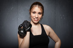 Женщина держа kettlebell и усмехаясь к камере - fitn crossfit Стоковые Изображения