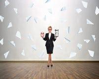 Женщина держа sandglass и будильник Стоковые Изображения RF