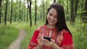 женщина держа smartphone в руках сток-видео