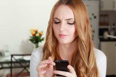 Женщина держа smartphone стоковая фотография rf