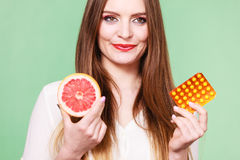 Женщина держит Витамин C пакета грейпфрута и волдыря пилюлек Стоковая Фотография