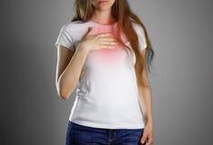 Женщина держит груди Боль в ее изжоге комода Sto Стоковое Изображение RF