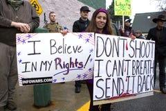 Женщина держит 2 знака Стоковая Фотография
