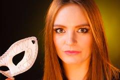Женщина держит крупный план маски масленицы Стоковое Фото
