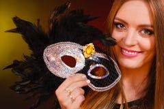 Женщина держит крупный план маски масленицы Стоковые Фото