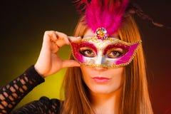 Женщина держит крупный план маски масленицы Стоковые Изображения RF