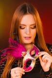 Женщина держит крупный план маски масленицы Стоковое фото RF