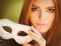 Женщина держит крупный план маски масленицы Стоковое Изображение RF