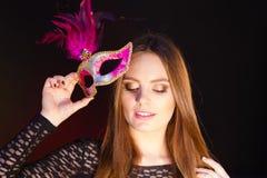Женщина держит крупный план маски масленицы Стоковая Фотография