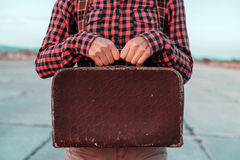Женщина держит малый ретро чемодан Стоковая Фотография