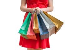 Женщина держит много красочных сумок в руках женщина ног принципиальной схемы мешка предпосылки ходя по магазинам белая Стоковые Фото