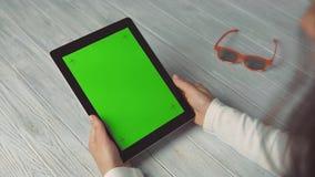 Женщина держит ПК таблетки с зеленым экраном сток-видео