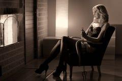 Женщина и камин Стоковое Изображение RF