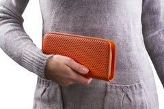 Женщина держит портмоне в руках Стоковые Фото