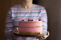 Женщина держит розовый торт Стоковая Фотография