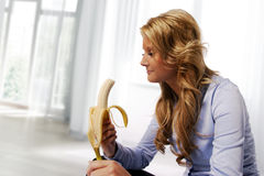 Женщина есть банан Стоковая Фотография RF