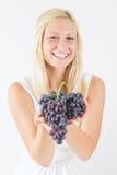 Женщина есть виноградины Стоковое Изображение