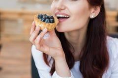 Женщина есть вкусный десерт Стоковое Изображение RF