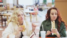 Женщина 2 есть высококалорийную вредную пищу видеоматериал