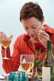Женщина есть в ресторане Стоковая Фотография