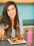 Женщина есть завтрак Стоковое Изображение RF