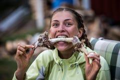 Женщина есть мясо с косточки стоковое изображение rf