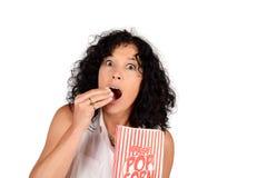 Женщина есть попкорн Стоковое Фото