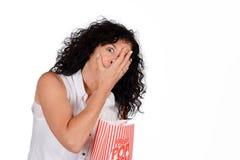 Женщина есть попкорн Стоковая Фотография