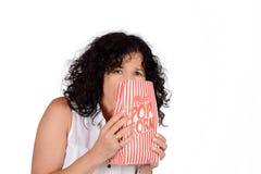 Женщина есть попкорн Стоковые Фото