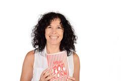 Женщина есть попкорн Стоковое Изображение RF