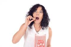 Женщина есть попкорн Стоковые Фотографии RF