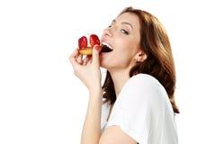 Женщина есть свежий торт клубники стоковое фото