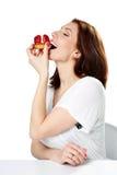 Женщина есть свежий торт клубники стоковые изображения rf