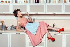 Женщина есть торт на таблице Стоковое Изображение RF